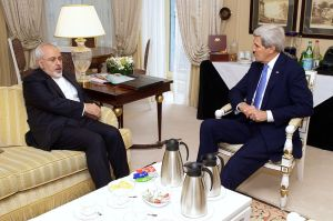 Iranian Foreign Minister Zarif and US Secretary of State Kerry in Paris on 16 Jan. 2015. (Source: US State Department)